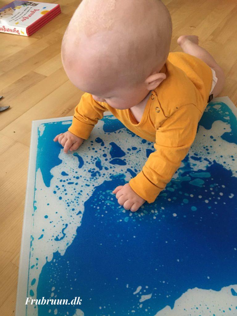 Sansemåtte til sansestimulering af baby